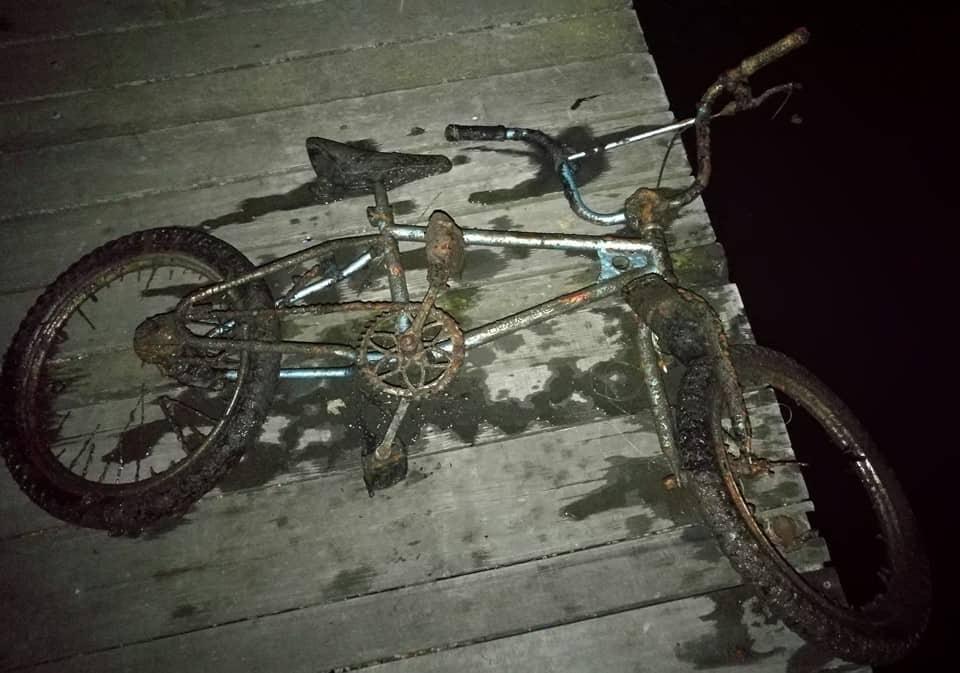 Bicykel vylovený z vody magnetom