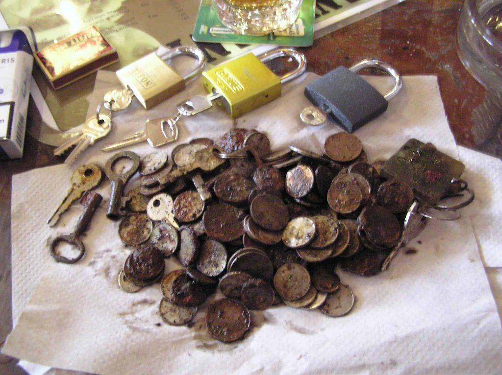 kladky, kluce a mince najdené vo Vltave