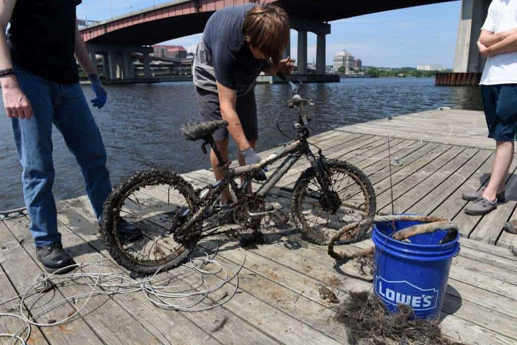totálne zničený a zarastený bicykel ulovený na magnet fishingu