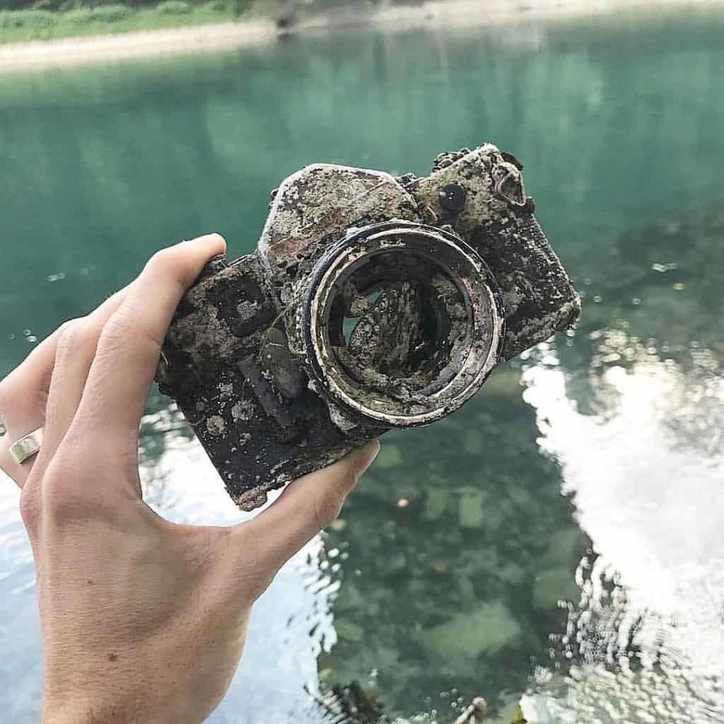 rozpadnutý fotoaparát nájdený v turistickej oblasti
