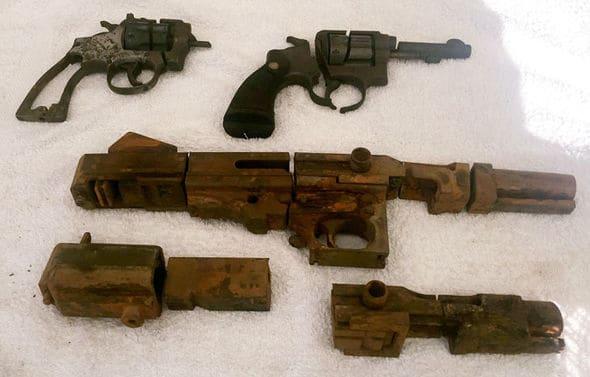 Zbrane rozpílené na časti