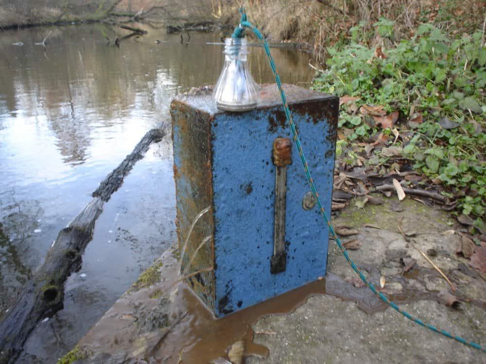 Železná pokladnica vylovená z miestneho jazera