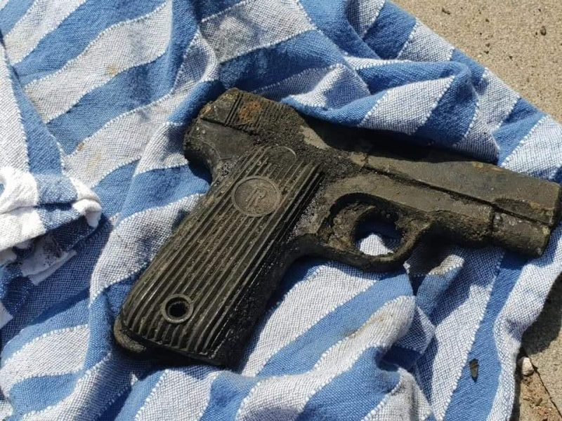 Nález pištole položenej na uteráku