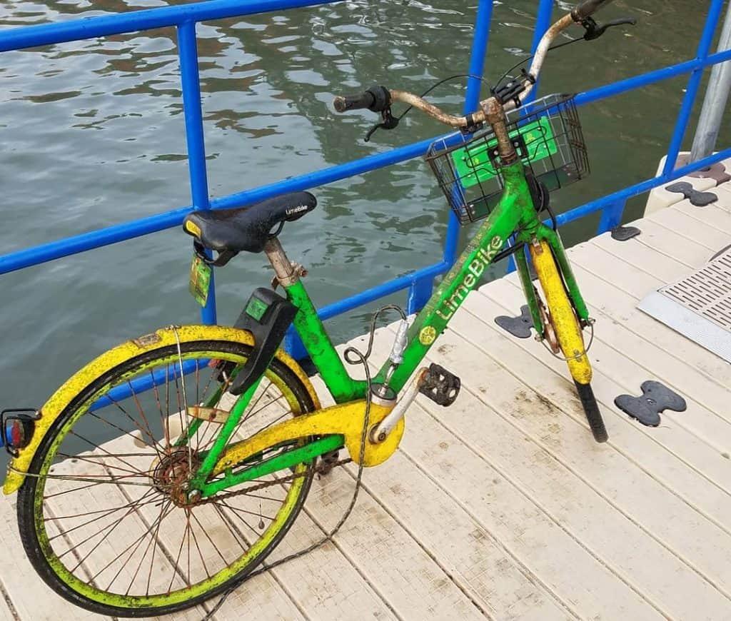 hrdzavý bicykel na móle vytiahnutý z mora