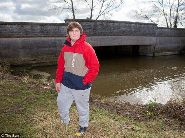 James Cork stojí pri mestskom moste