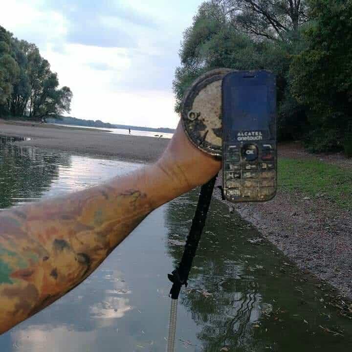 nefunkcny mobil najdeny na magnet fishingu