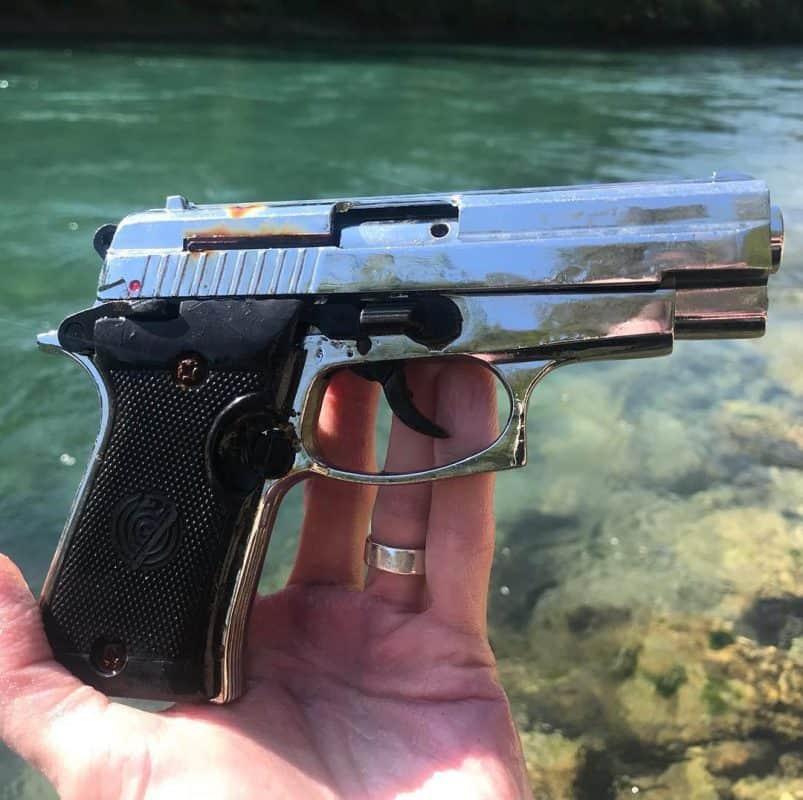Krásky úlovok pištole z rieky