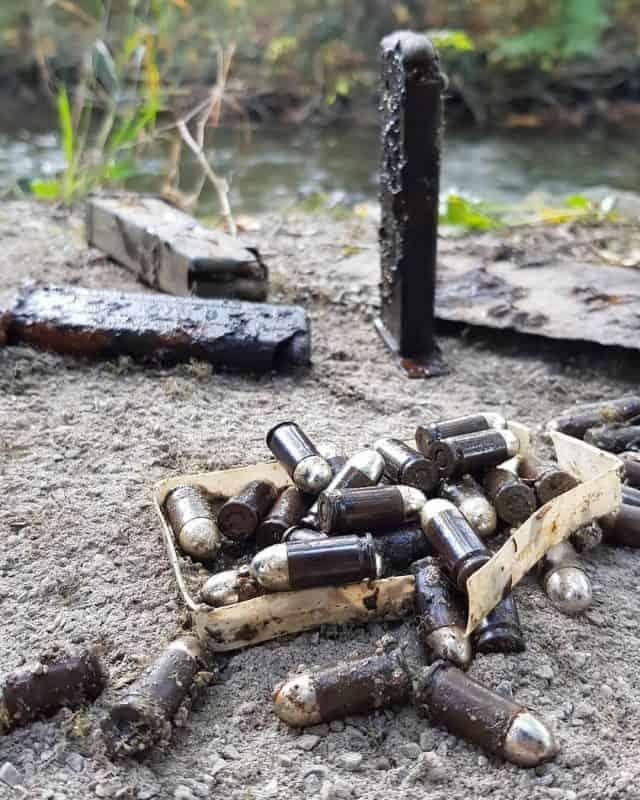 hrdzavé zásobníky a veľa nábojov, ktoré v nich boli