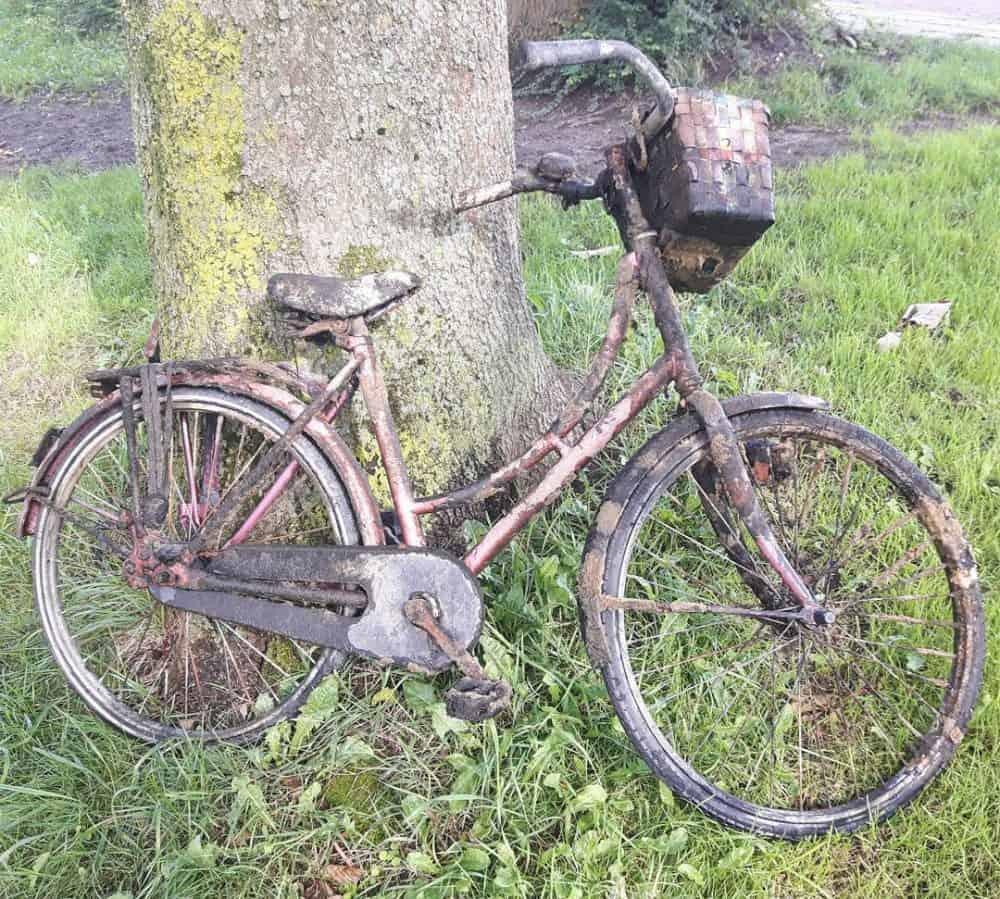 Starý bicykel, ktorý pôvodný majiteľ kedysi hodil do vody