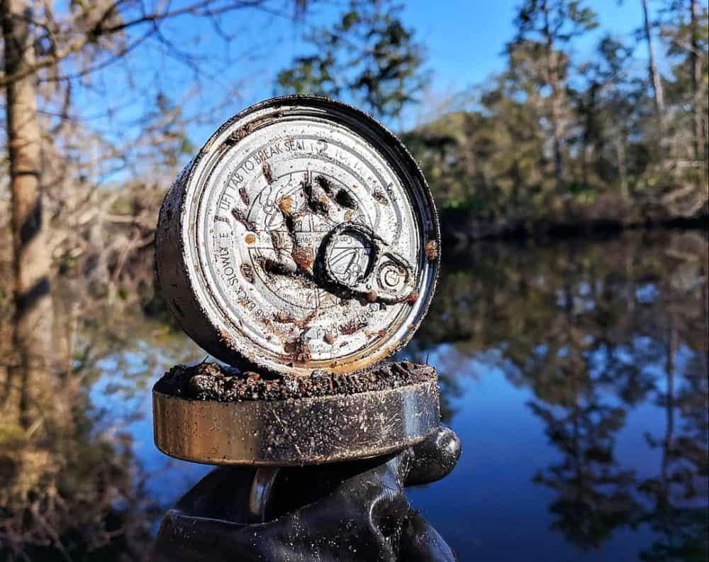 Neotvorená konzerva nalepená na fishing magnete