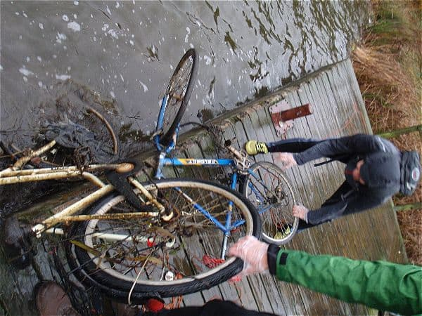 dva bicykle nájdené magnetom
