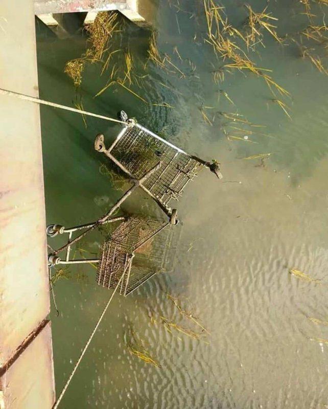 Nákupné košíky, ktoré lovci práve ťahajú z mosta