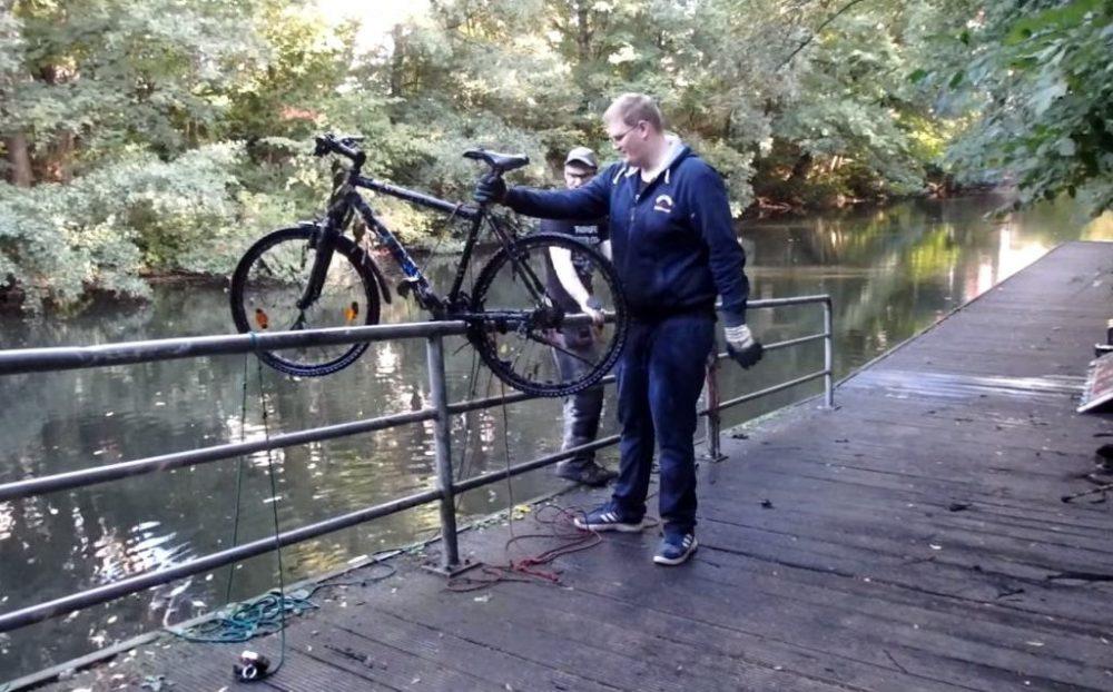 Ďalší bicykel vytiahnutý z rieky