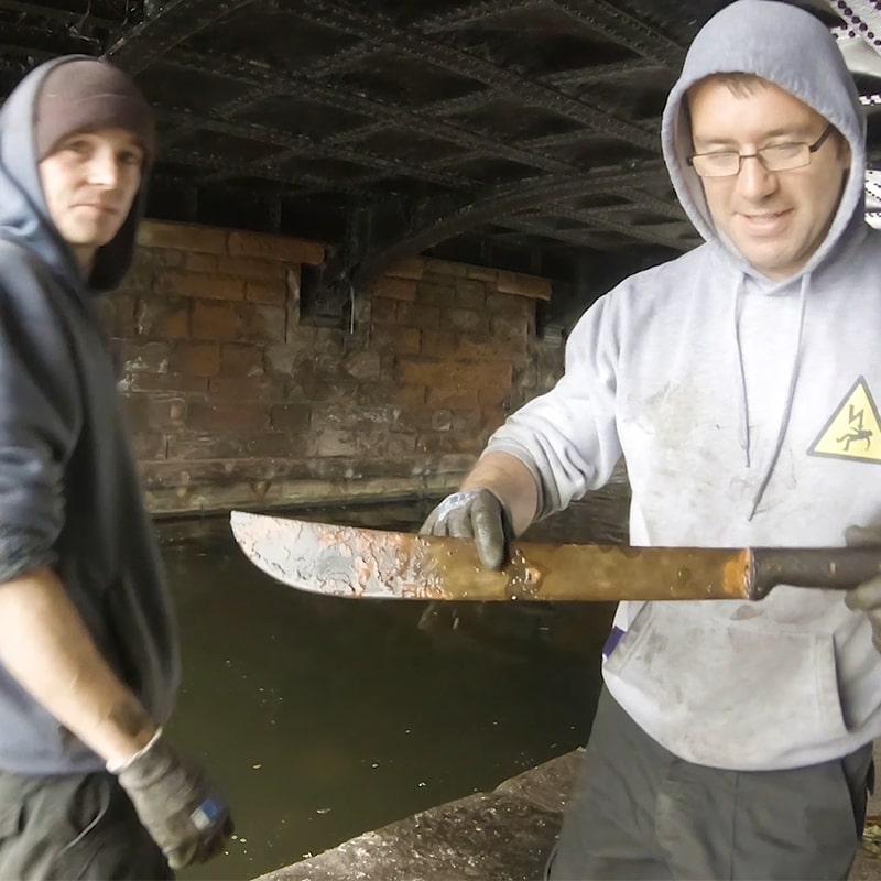 Hrdzavá mačeta nájdená v mestskom kanáli