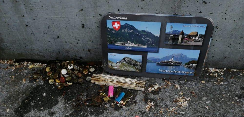 Tabuľka Švajčiarsko, meter, kladka, zapaľovače a vrchnáky od piva