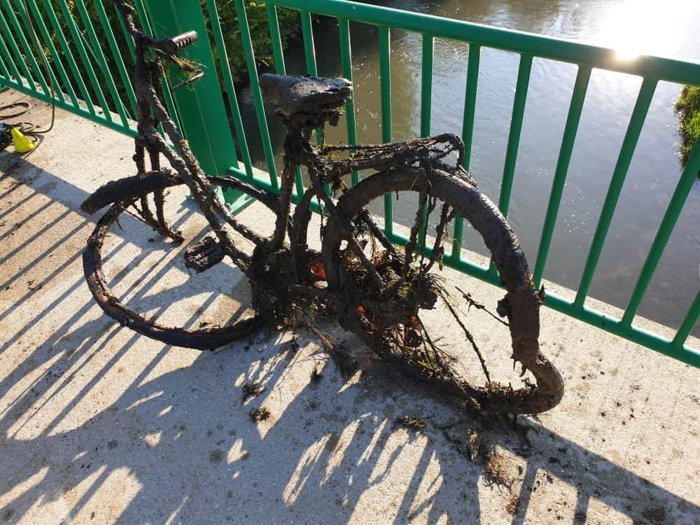 rozpadnutý bicykel nájdený pod mestským mostom