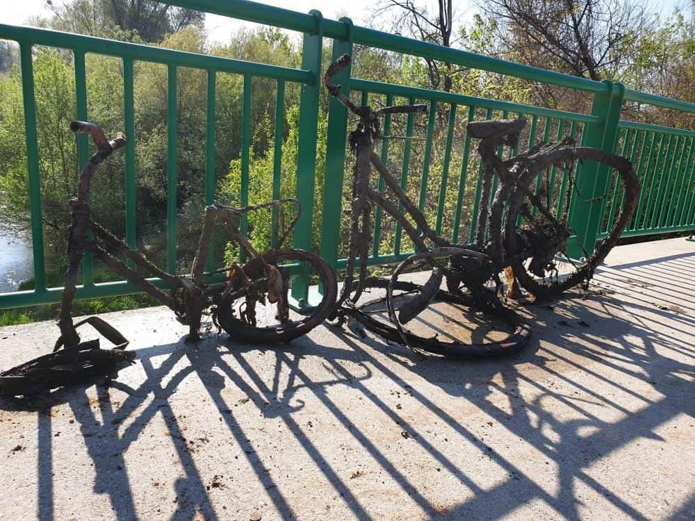 zničené bicykle vytiahnuté spod mosta magnetom