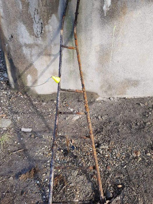 hrdzavý rebrík a magnet s kužeľom