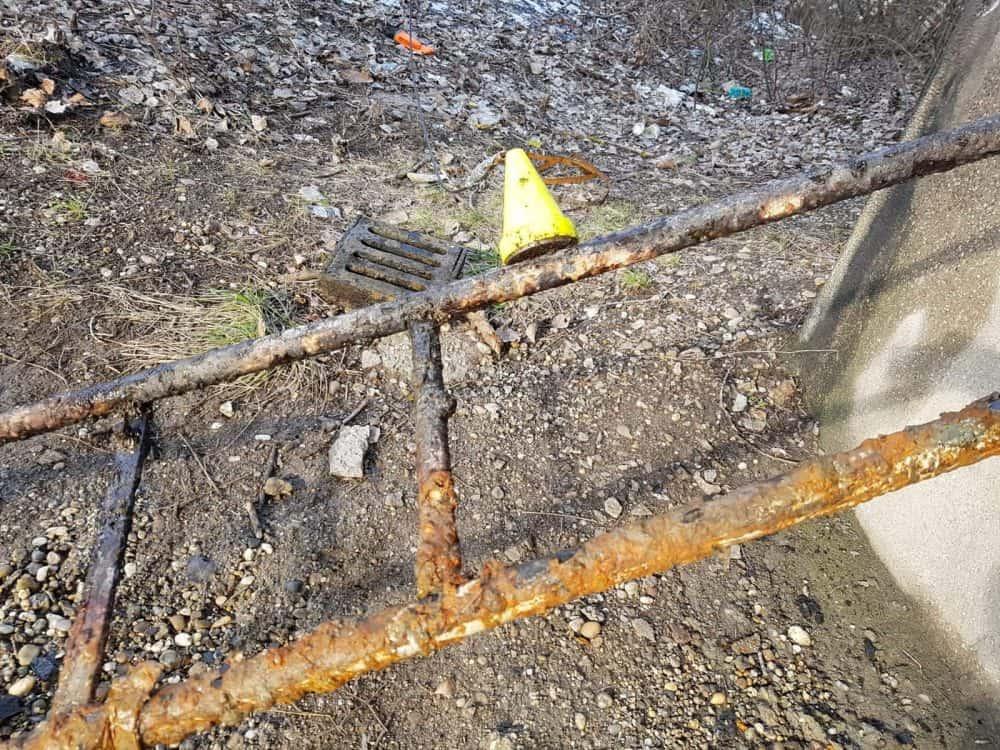 magnet prichytený na zhrdzavenom rebríku