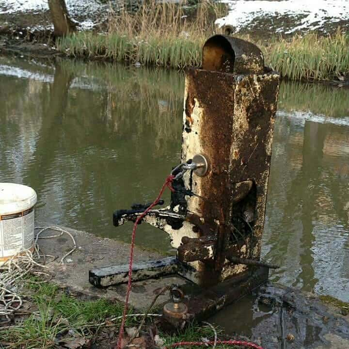 prístroj, ktorý bol v miestnej rieke