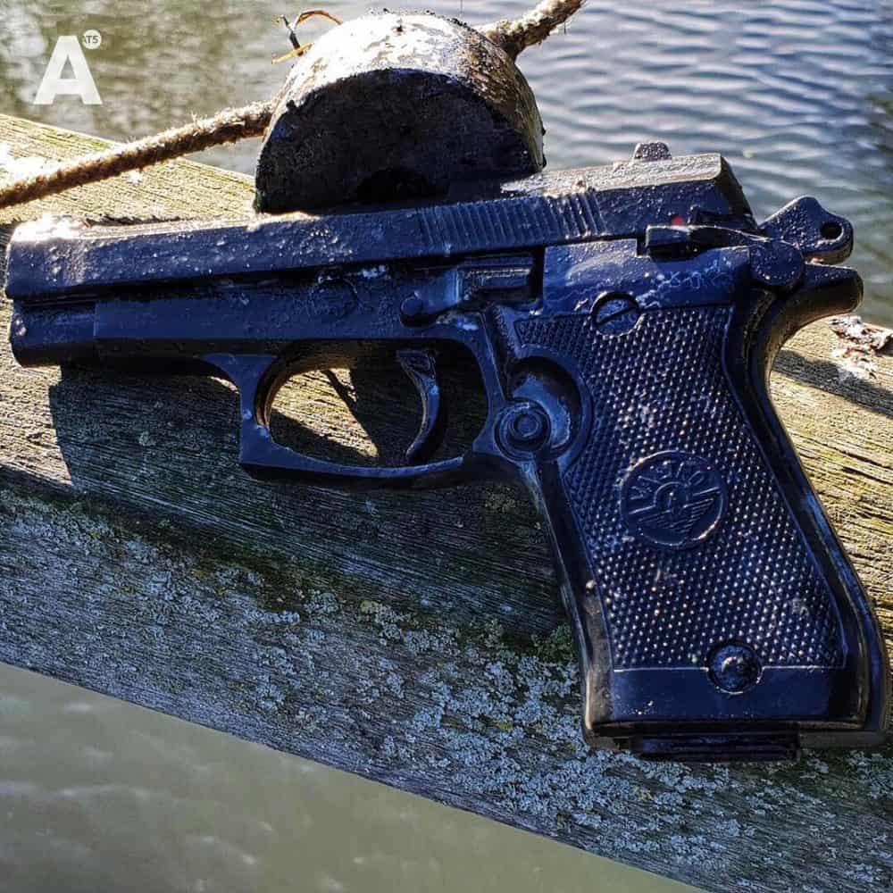 pištoľ vytiahnutá z vody