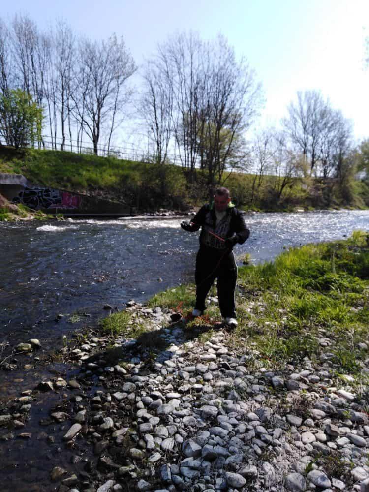 Majkl prehľadáva potok