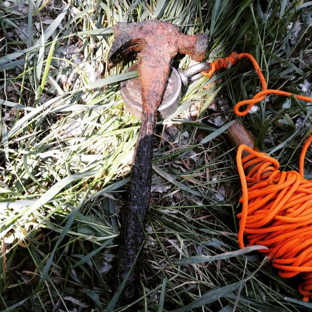 kladivo a fishing vybavenie v tráve