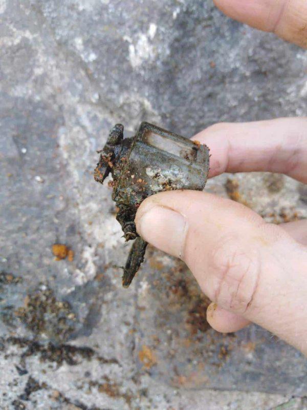 Lovec drží v prstoch nález tachometra