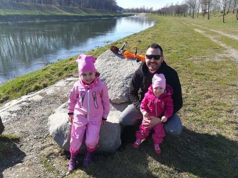celá rodina pri rieke