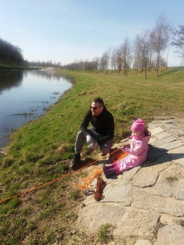 dcéra hádže magnet do rieky