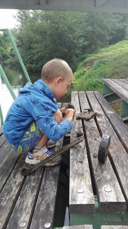 dieťa na móle a železné predmety