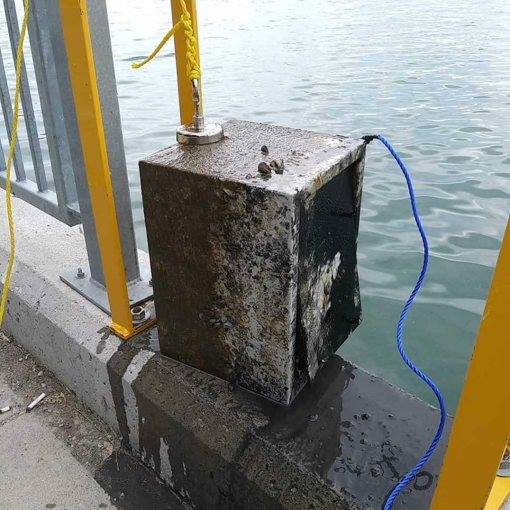 zelezny trezor najdeny rybarmi s magnetmi