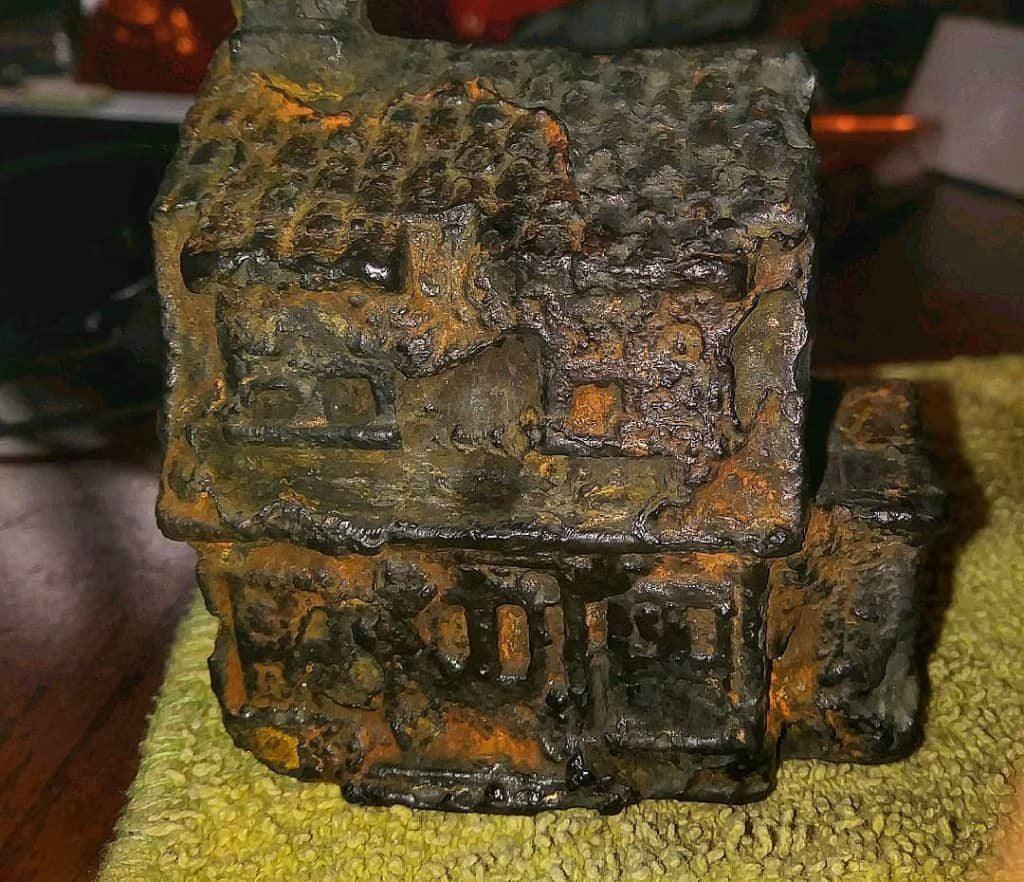 Železný hrdzavý domček nájdený v americkej rieke Spokane river