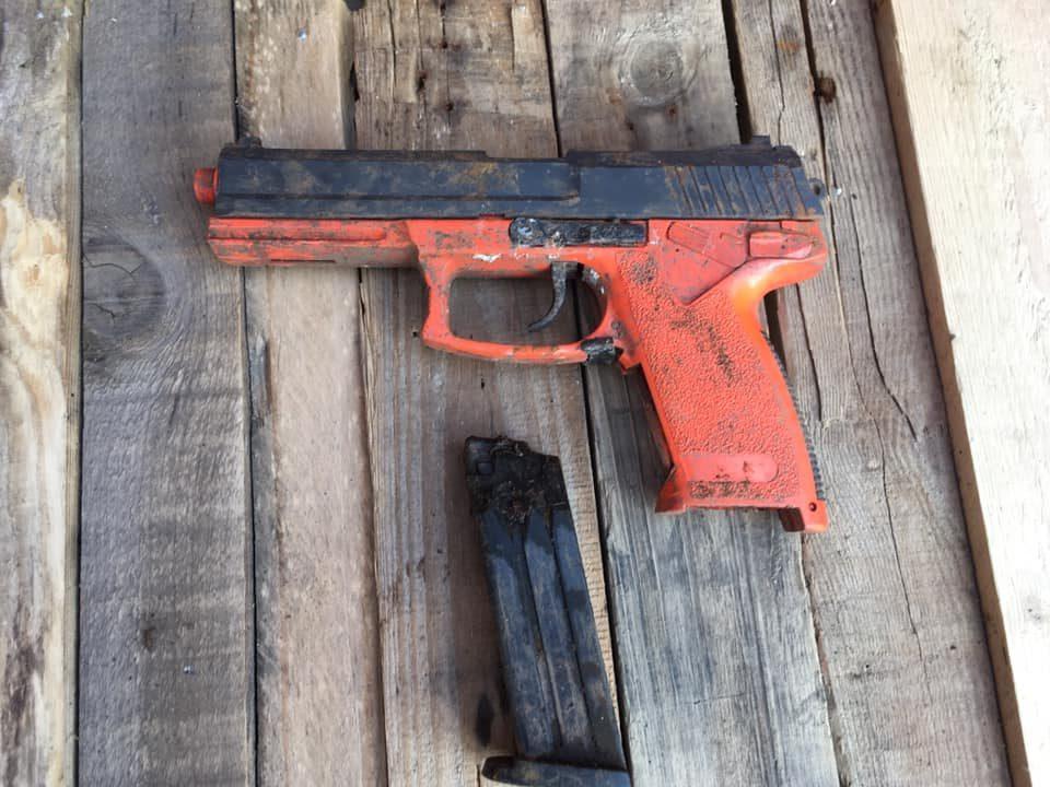Pištoľ so zásobníkom na dreve