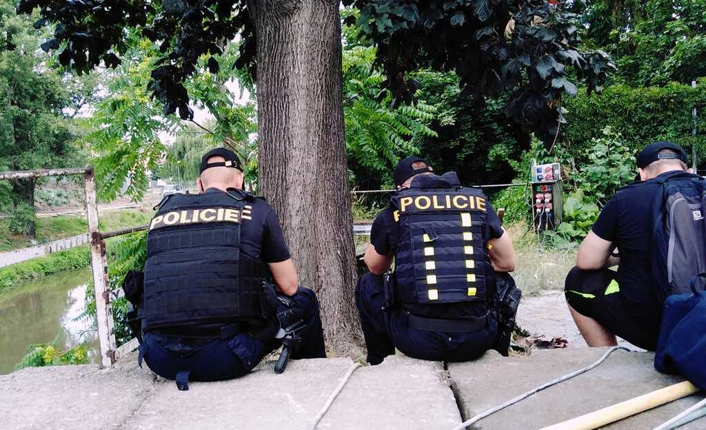 Čakanie na pyrotechnikov spolu s policajtmi