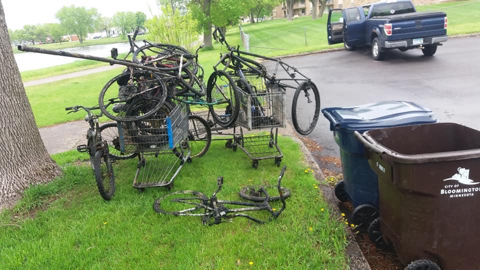 Hromada bicyklov v nákupných košíkoch