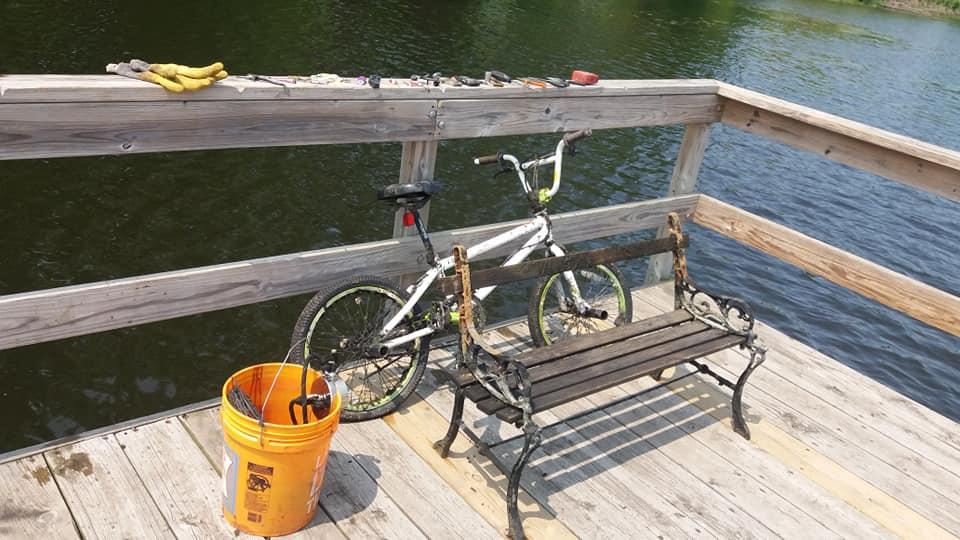 bicykel vytiahnutý na mólo