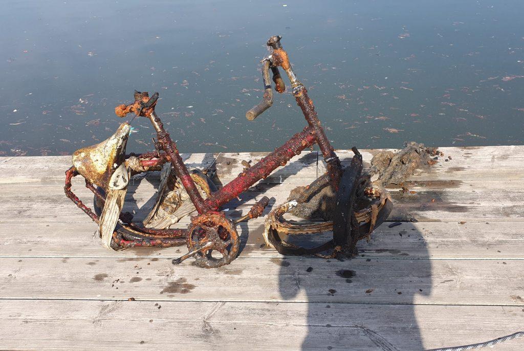 Skorodované trosky z bicykla