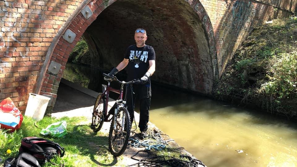 Bicykel zahodený do vody pod tunelom
