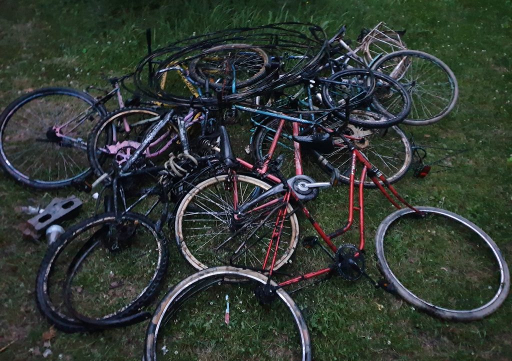 Hromada úlovkov bicyklov na kope