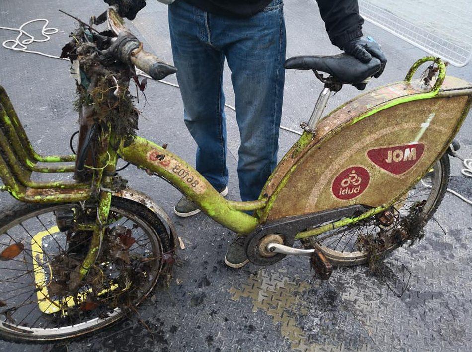 Podivný bicykel zahodený do potoka