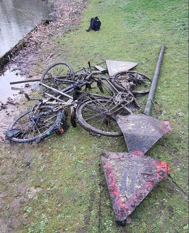 Úlovky bicyklov a značiek z miestneho jazera