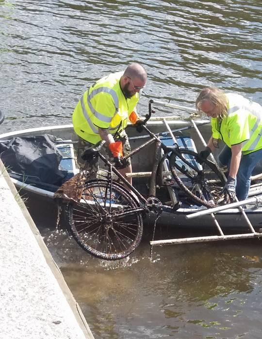 Fisheri nakladajú bicykel na čln