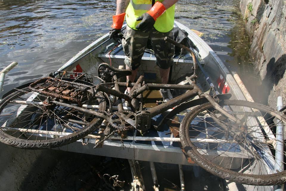 Magnetický nález bicykla, ktorý je na člne