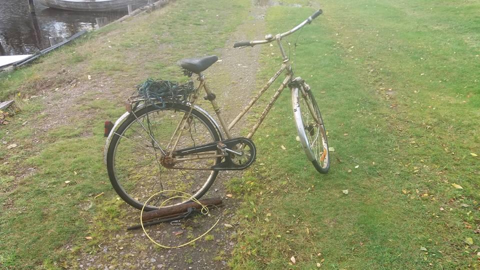 Štýlový staromódny bicykel objavený v miestnej rieke