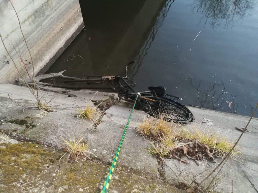 Bicykel, ktorý práve ťahajú z vody magnetom na lane