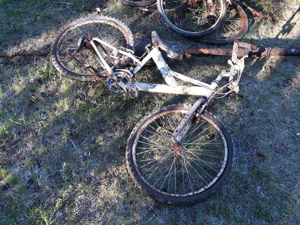 Rozpadnutý bicykel v tráve