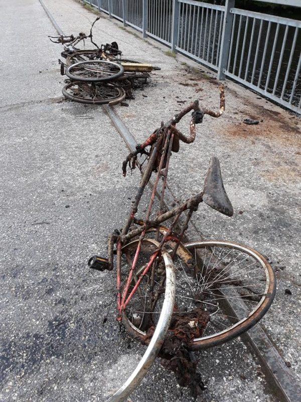 Trosky z bicyklov vytiahnuté na chodník