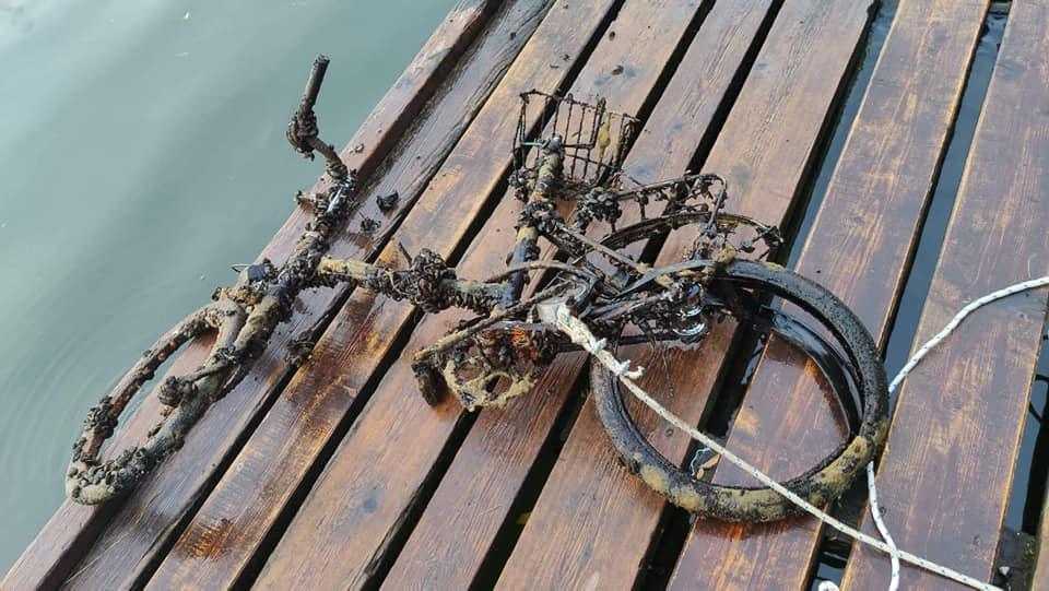Lovecký magnet prichytený na zarastenom a zničenom bicykli