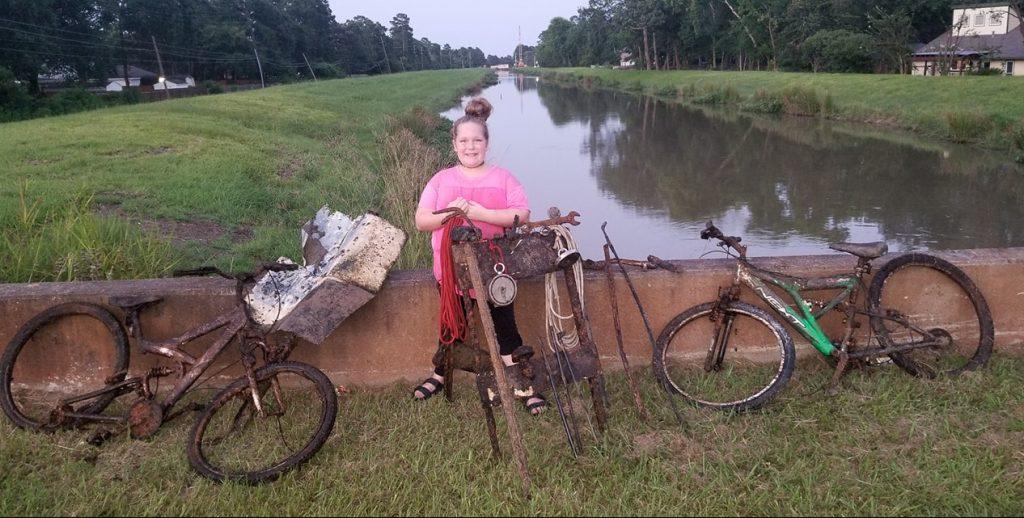 Malé dievča našlo v miestnom potoku dva bicykle